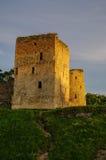 中世纪Izborsk堡垒墙壁和塔的看法在太阳 库存照片