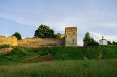 中世纪Izborsk堡垒墙壁和塔的看法在太阳 免版税库存图片