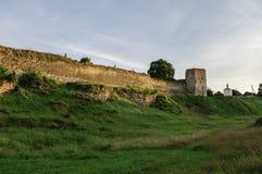 中世纪Izborsk堡垒墙壁和塔的看法在太阳 免版税库存照片