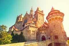 中世纪Kreuzenstein城堡在维也纳,奥地利附近的Leobendorf村庄 免版税库存照片