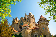 中世纪Kreuzenstein城堡在Leobendorf村庄 库存图片