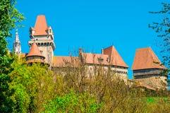 中世纪Kreuzenstein城堡在Leobendorf村庄 免版税库存照片
