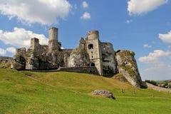 中世纪Ogrodzieniec城堡的城堡废墟 库存图片