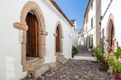 中世纪Sephardic犹太教堂(第13/14世纪)在左边在Castelo de Vide 免版税图库摄影