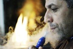 中东人抽烟的水烟筒 免版税库存照片