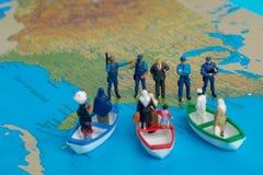 中东人民的微型人概念乘小船到达 免版税库存图片