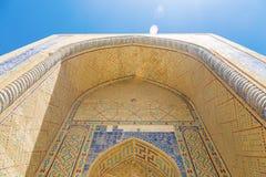 中东古老圆顶装饰 一个古老清真寺的圆顶,东方装饰品 免版税库存图片