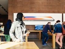 中东种族新的iPhone 8和iPhone在苹果计算机St的8个加号 库存图片