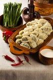 中亚,哈萨克斯坦,女用披巾盘的人民的传统肉盘 免版税库存图片