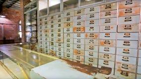 中医木内阁,架子,抽屉,中国草药细节  与玻璃门橱柜的葡萄酒医疗背景 免版税库存照片