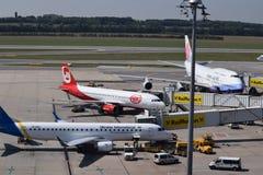 中华航空公司波音747-400, Niki Aiirbus a320和乌克兰国际航空公司巴西航空工业公司erj190停放了在门在维也纳Airpor 免版税库存照片