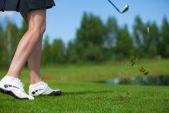 击中发球区域射击的高尔夫球运动员 免版税图库摄影