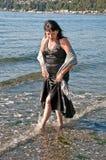 中古时期妇女礼服在水中 免版税库存图片