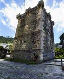 中古的一座防御石城堡的古老塔 库存图片