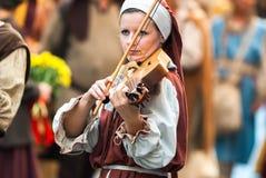 中古的少妇弹小提琴 免版税库存图片