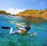 水中和表面分裂视图在热带 免版税库存照片
