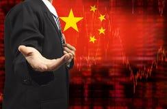 中国下降趋势与商人的股票数据旗子用空的手 库存例证