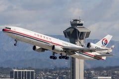 中国东方航空股份有限公司货物麦克当诺道格拉斯公司MD-11货物航空器离去的洛杉矶国际机场 免版税库存图片