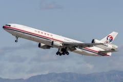 中国东方航空股份有限公司货物麦克当诺道格拉斯公司MD-11货物航空器离去的洛杉矶国际机场 免版税库存照片