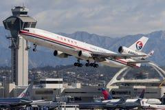 中国东方航空股份有限公司货物麦克当诺道格拉斯公司MD-11货物航空器离去的洛杉矶国际机场 库存图片