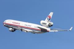 中国东方航空股份有限公司货物麦克当诺道格拉斯公司MD-11货物航空器离去的洛杉矶国际机场 免版税图库摄影