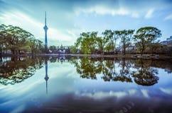 中国中央收音机和电视塔反射了人工湖 库存图片