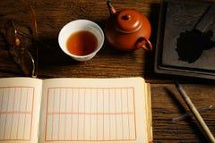 中国书法和墨水石头在桌上设置了 免版税库存照片