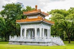 中国亭子在Lumpini公园 免版税图库摄影