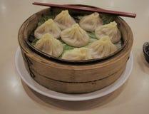 中国人上海汤饺子Xiaolongbao在火轮坐 库存照片