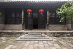 2017中国人保定老房子 古老庭院和对联 库存照片