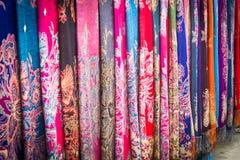 中国人傣族的五颜六色的织品 免版税图库摄影