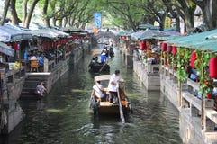 中国人同里镇餐馆和水运河 免版税库存照片