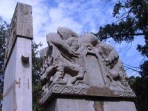 中国人曲阜市文化connotationï ¼ 蓝天和白色云彩作为中国石雕刻的背景 库存照片