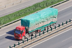 中国人有拖车的在高速公路,北京,中国一汽卡车 图库摄影