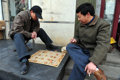 中国人民在北京,中国演奏Xiangqi (中国棋) 免版税库存照片