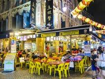 中国人民在唐人街去吃在晚上在新加坡 免版税库存照片