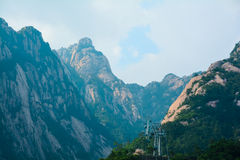 中国人登上黄山(山脉) 免版税库存图片