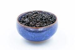 中国人Oolong深红茶在一个蓝色陶瓷碗的半正式礼服的观世音菩萨 免版税库存图片
