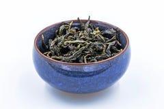 中国人Oolong绿茶 冯一个蓝色陶瓷碗的黄旦康镇 免版税库存图片