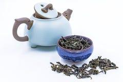 中国人Oolong绿茶 冯一个蓝色陶瓷碗的黄旦康镇 免版税图库摄影