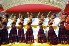 中国伊女孩跳舞 库存图片
