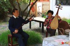 中国传统音乐由一对年长夫妇执行在te 免版税图库摄影
