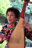 中国传统音乐由一对年长夫妇执行在te 免版税库存照片