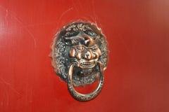 中国传统黄铜敲门人 免版税库存照片