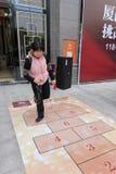 中国传统伙计炫耀比赛跳房子 库存照片