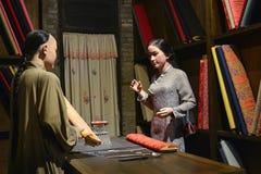 中国传统布料商店内部,蜡象场面, 免版税库存图片