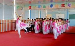 中国传统民间舞教训的女小学生 免版税库存照片
