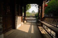 中国传统建筑遮荫游廊在晴朗的下午的 免版税图库摄影