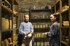 中国传统陶瓷商店内部,蜡象场面  库存图片