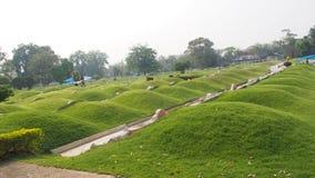 中国公墓、土墩和倾斜放牧中国坟园坟墓  图库摄影